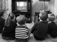 дети смотря телевизор, журналистика
